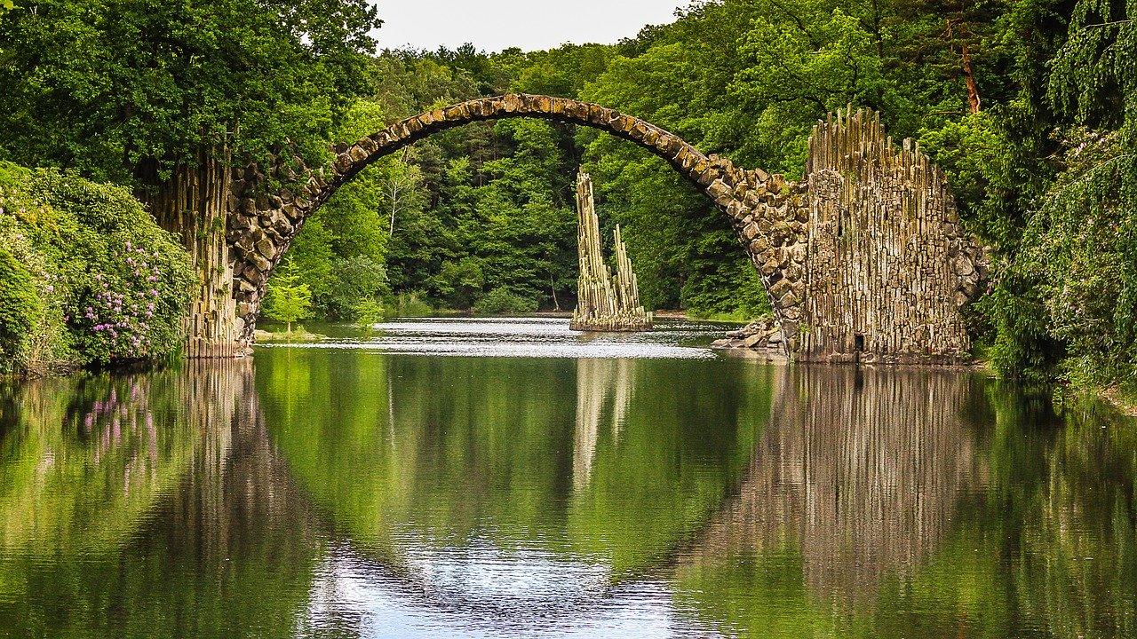 puente natural de piedra sobre un rio