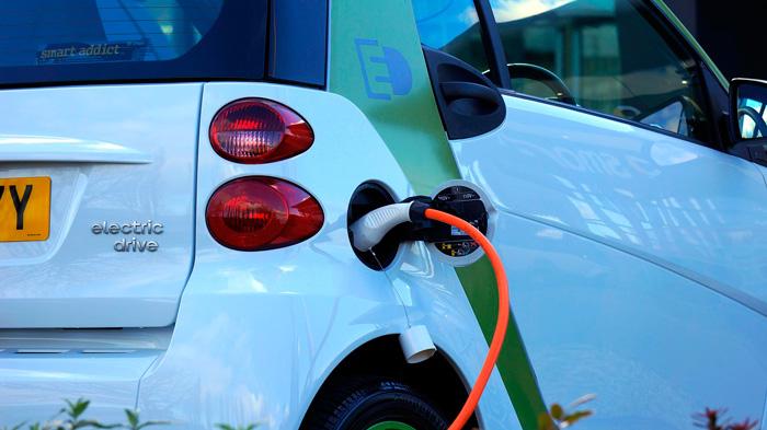 vehiculo electrico cargando
