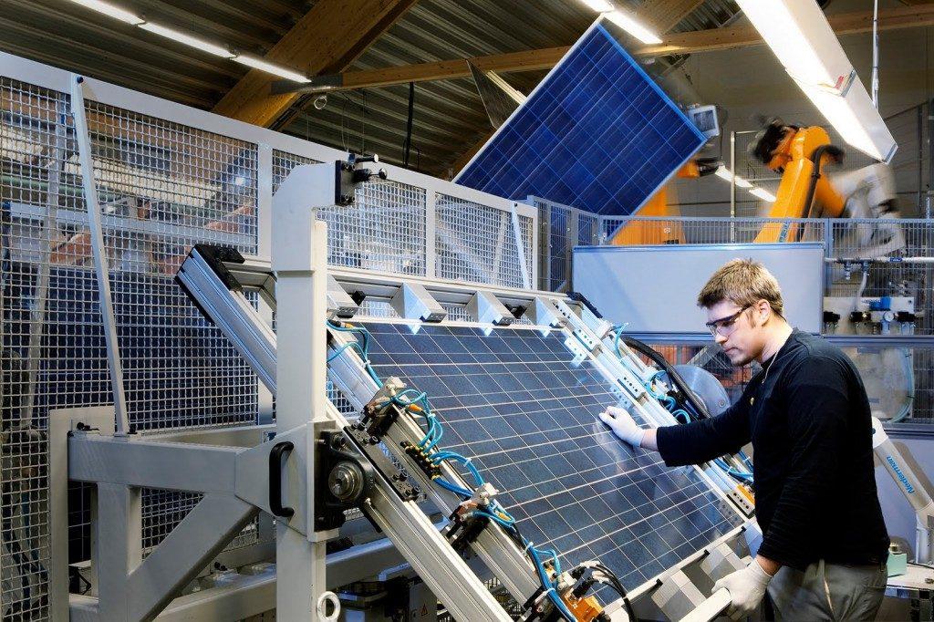 tecnico supervisando la fabricacion de un panel solar fotovoltaico