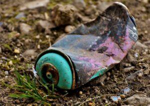 lata de aerosol vieja en el suelo