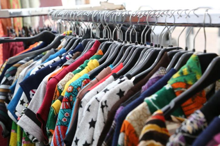 vestidos y ropa de segunda mano en un exhibidor