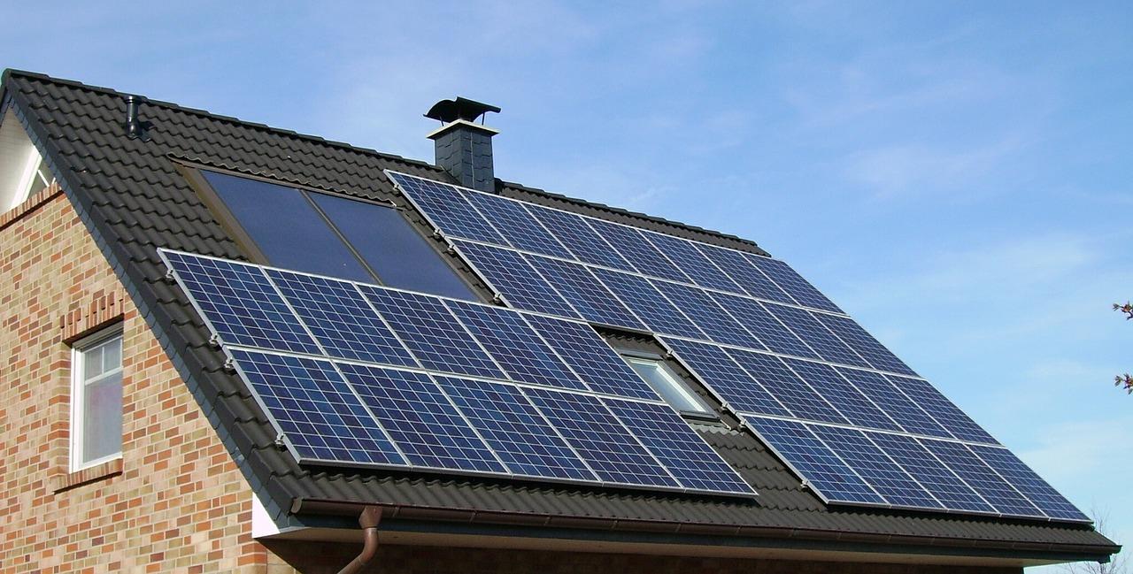 paneles solares fotovoltaicos sobre el techo de una casa