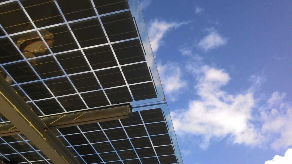 techo hecho solamente con paneles solares