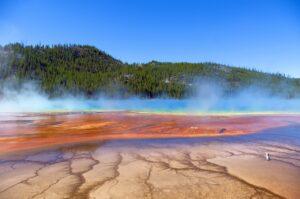 fotografia de un crater de un supervolcan rodeado de montañas en yellowstone