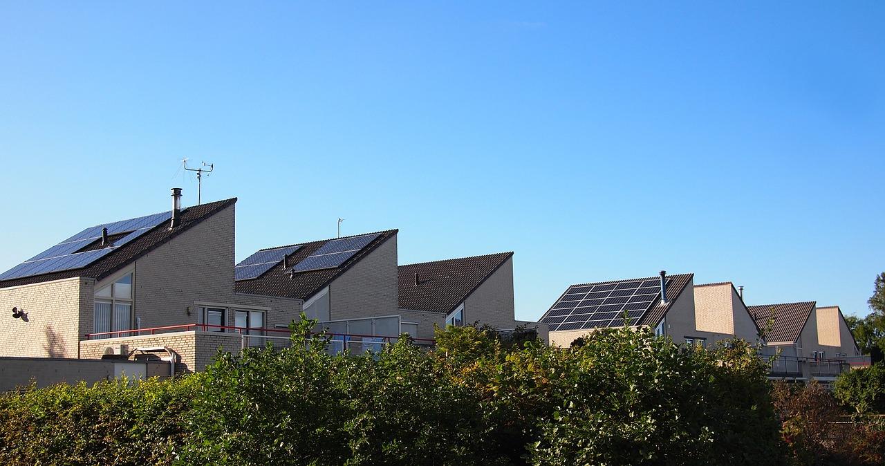paneles solares en los techos de algunas casas en paises bajos