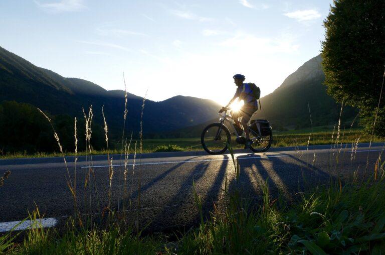 hombre descansando en una bicicleta electrica