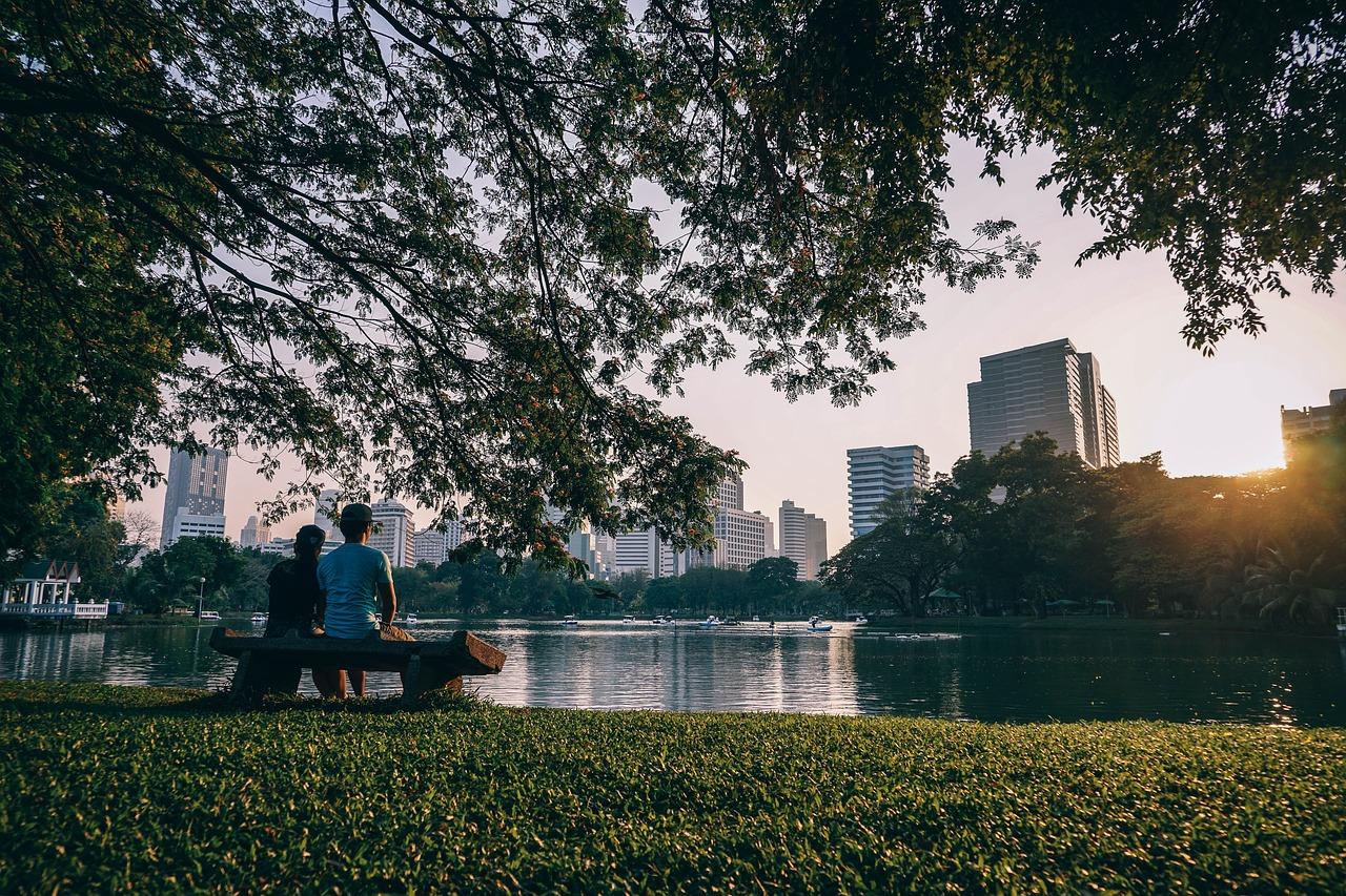 Pareja-sentada-en-un-parque